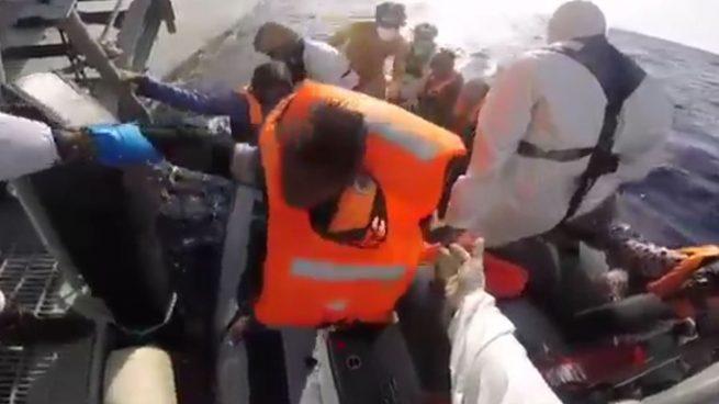 La fragata española 'Navarra' rescata a 217 personas en el Mediterráneo frente a la costa de Libia