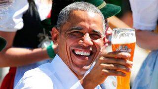 Obama, brindando con cerveza.