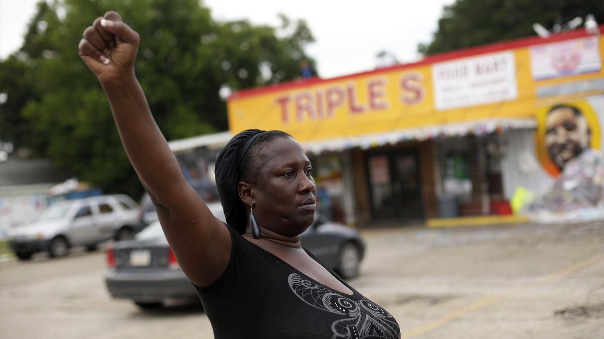 21 de julio. Esta mujer protesta en Luisiana contra la violencia policial contra los negros en Estados Unidos. Su sobrino, Alton Sterling, murió tiroteado en ese lugar. (Foto: AFP)