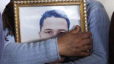 La hermana de Anis Amri sostiene una foto del terrorista. (Foto: AFP)
