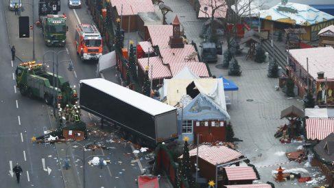 19 de diciembre. Un terrorista a bordo de un camión mata a 12 personas y hiere a 48 en un mercado navideño en Berlín. (Foto: AFP)
