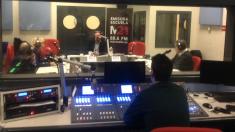La alcaldesa de Madrid Manuela Carmena ateniendo una entrevista en los estudios de M21. (Foto: TW)