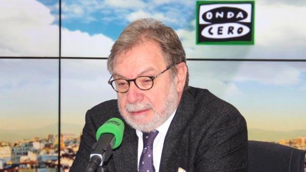 Juan Luis Cebrián durante la entrevista con Alsina en Onda Cero.