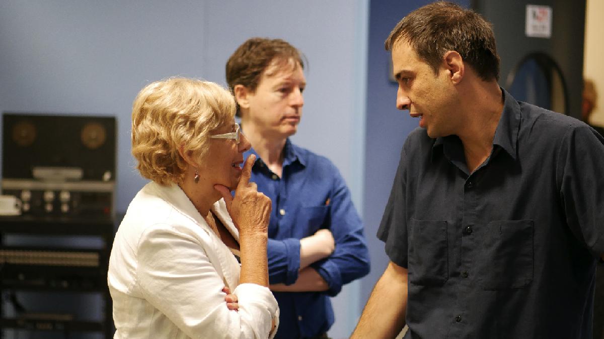 La alcaldesa hablando con el director actual de M21, Jacobo Rivero. (Foto: Madrid)