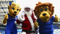 Papá Noel posa con las mascotas del Chelsea. (Getty)