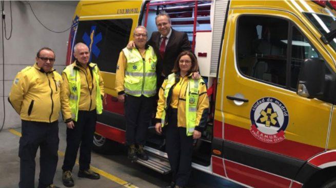Carmona felicita la Navidad con una visita a bomberos, policías y SAMUR