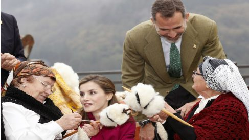 Los Reyes, en su visita al Pueblo Ejemplar de Asturias.