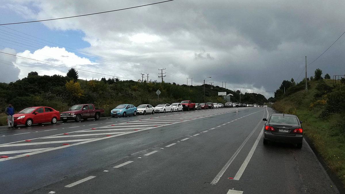Cientos de coches hacen cola para llenar los depósitos de gasolina tras el terremoto. (Foto: AFP)