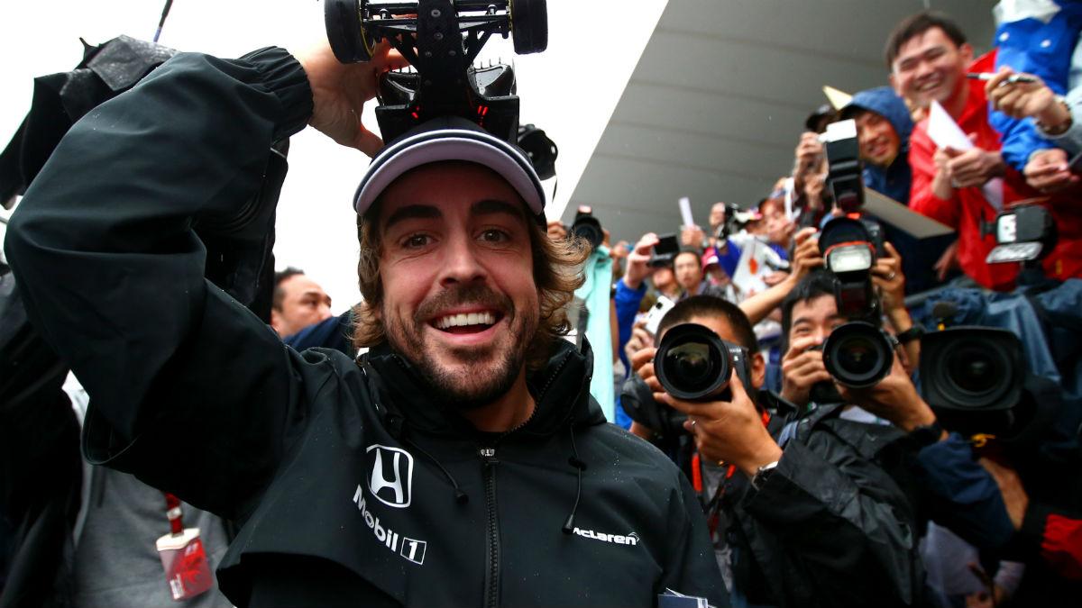 Fernando Alonso, sonriente en el 'paddock'. (Getty)