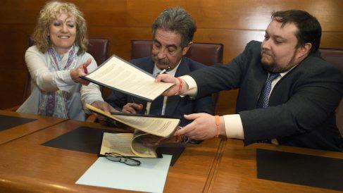 Miguel Ángel Revilla intercambia documentos con la vicepresidenta cántabra Díaz Tezanos y el diputado de C's Rubén González. (EFE)