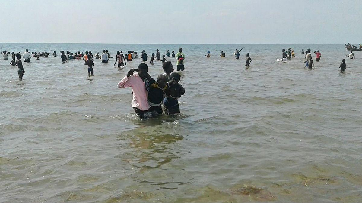La policia y los pescadores rescatan a los supervivientes. (AFP)