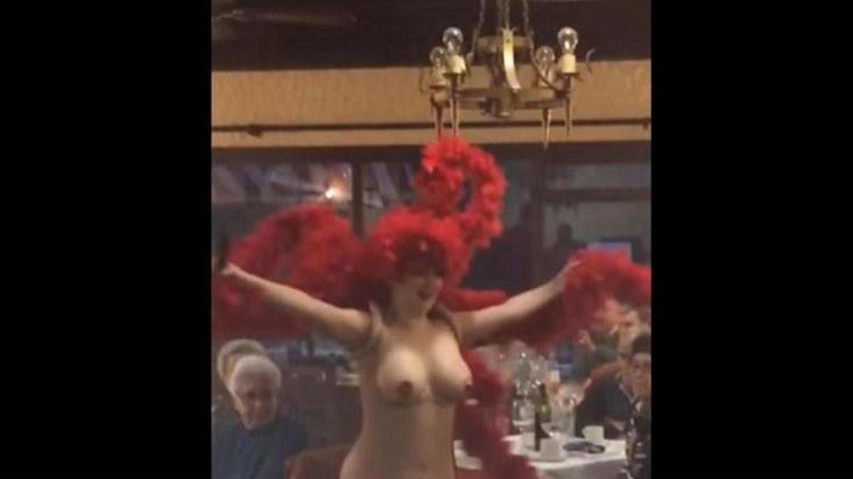 La vedette desnuda en la comida de jubilados en Lozoya.