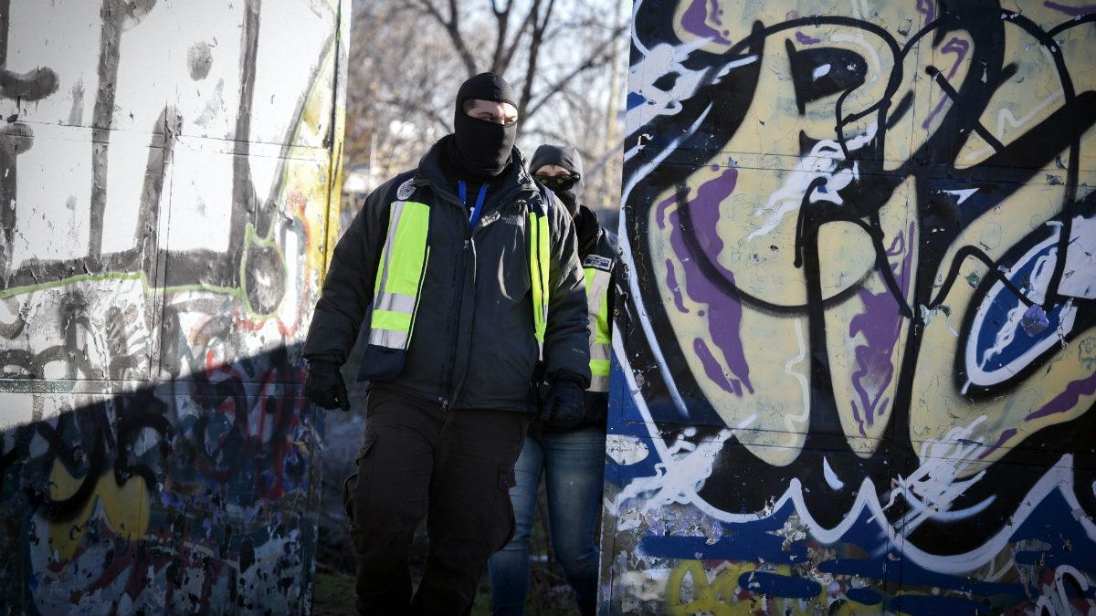 Dos agentes de Policía, junto a la cabaña que utilizaban como punto de reunión los dos detenidos yihadistas. (EFE)