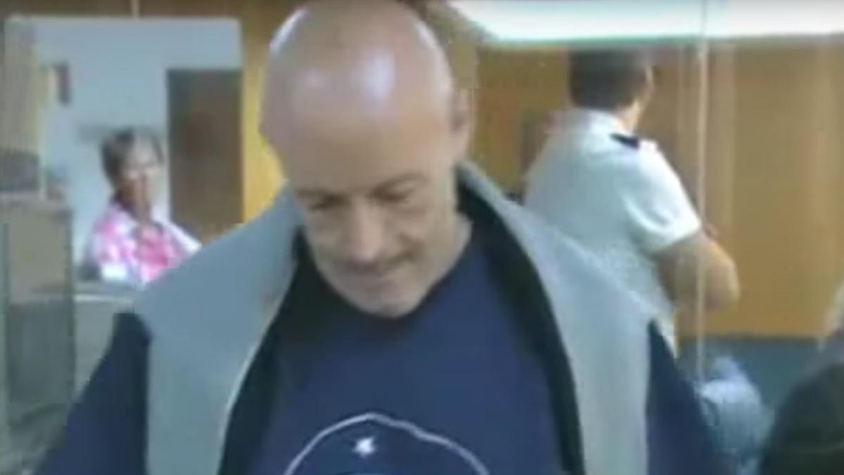 El etarra Iñaki Bilbao durante uno de los juicios en los que también se enfrentó de manera violenta al juez. Foto: youtube