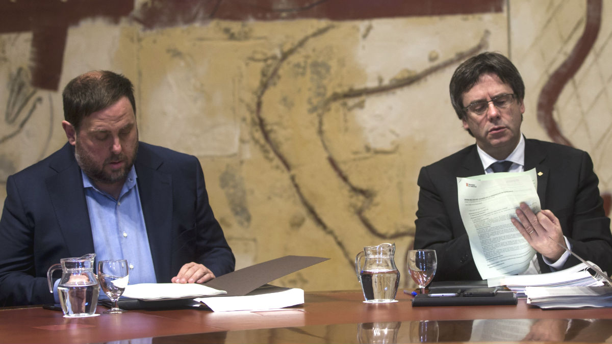 El president de la Generalitat, Carles Puigdemont (d), y el vicerpresidente del Govern y conseller de Economía, Oriol Junqueras (i) (Foto: Efe)