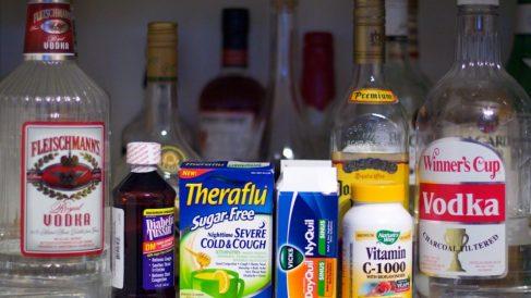 Descubre qué ocurre si mezclas el alcohol con los medicamentos