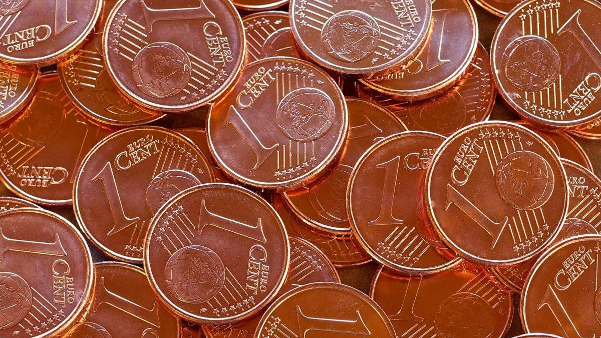 Varias monedas de un céntimo.