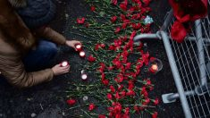 Una mujer deposita una vela en un improvisado memorial por las víctimas del atentado en frente de la discoteca Reina, donde tuvo lugar la matanza. Foto: AFP