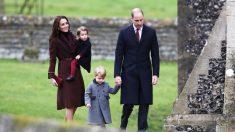 El Príncipe George con sus padres el día de Navidad vistiendo el abrigo de Rigans de venta en Pepa & Co (Foto: Getty)