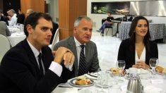 Josep Bou, presidente de Empresarios catalanes, junto a Albert Rivera e Inés Arrimadas.