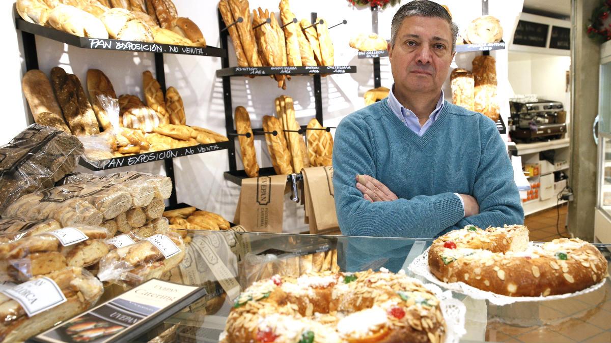 Francisco Valverde posa con unos roscones (Foto: Efe).