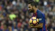Arda Turan tiene un futuro complicado en el Barcelona. (AFP)