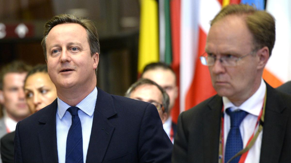 Ivan Rogers, a la derecha, junto al ex primer ministro británico David Cameron (Foto: AFP).