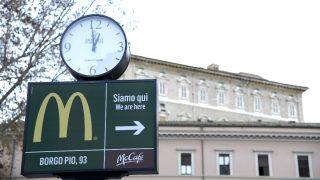 Cartel del McDonald's próximo al Vaticano (Foto: AFP).