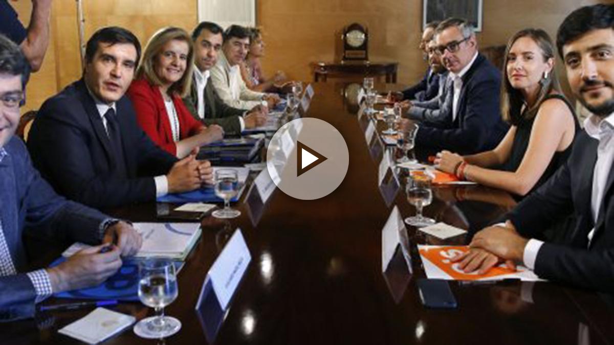 Los equipos negociadores de PP y C's, el pasado viernes, en el Congreso.