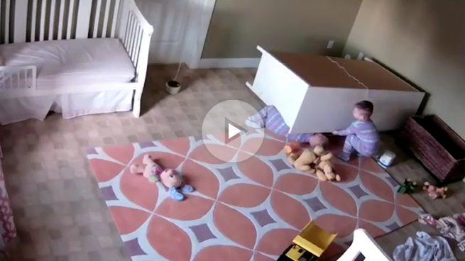 Un bebé levanta un mueble para rescatar a su hermano gemelo