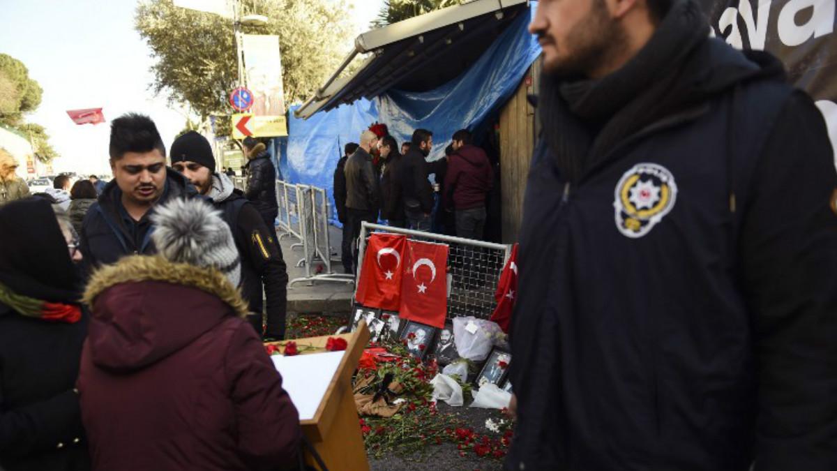 Un agente de policía vigila la entrada a la discoteca Reina, donde se produjo el ataque. Foto: AFP