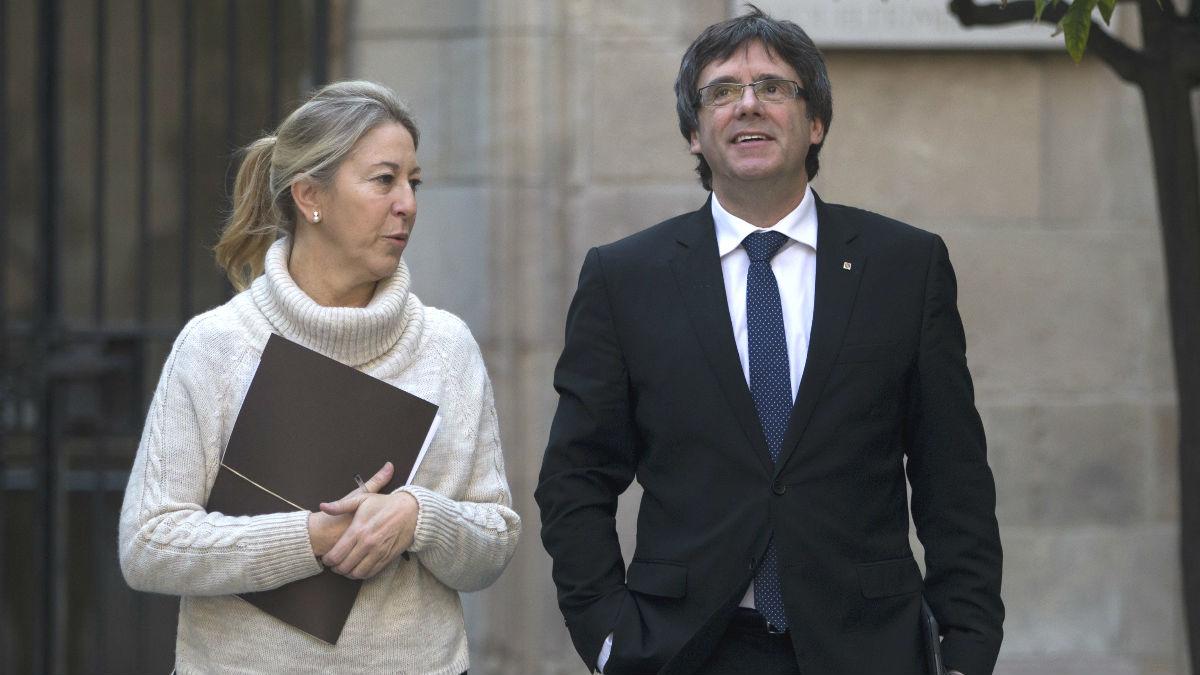Carles Puigdemont junto a Neus Munté. (Foto: EFE)