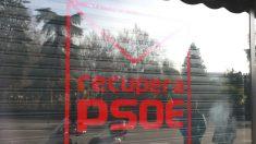 La plataforma RecuperaPSOE, integrada por críticos con la gestora socialista, cuya sede está situada en la calle Ferraz (Foto: Efe)