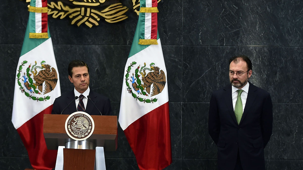 El presidente Peña Nieto con el nuevo canciller mexicano Videgaray (Foto: AFP)
