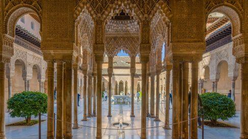 Una vista espectacular del patio de los leones de la Alhambra de Granada.