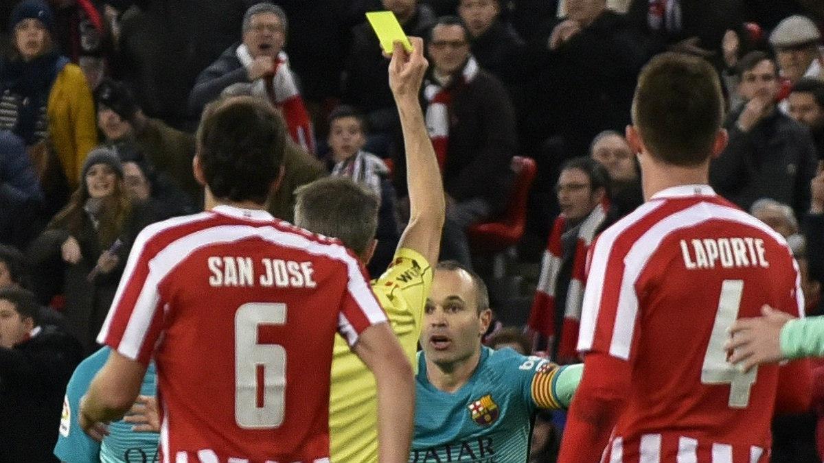 Borbalán muestra una amarilla a Iniesta ante el Athletic. (EFE)