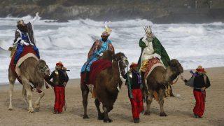 Los Reyes Magos de Oriente llegando a la ciudad costera de San Sebastián, en una de sus múltiples paradas a lo largo de la geografía española. Foto: Archivo