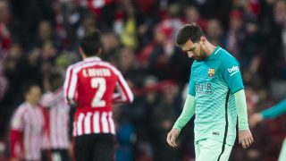 Messi, cabizbajo tras uno de los goles del Athletic.