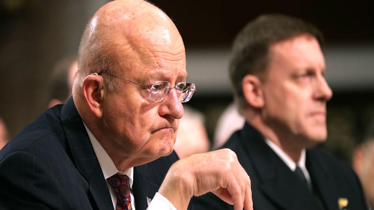 El ex director de Inteligencia Nacional, James Clapper, y el director de la Agencia Nacional de Seguridad (NSA), el almirante Michael Rogers. (Foto: AFP).