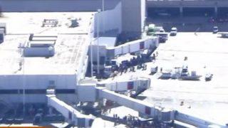 Gente cerca de la zona de recogida de equipajes en el aeropuerto de Fort Lauderdale.