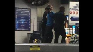 El asesino Esteban Santiago es retenido por la Policía en Fort Lauderdale.
