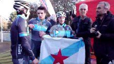 Los ciclistas gallegos con la bandera independentista.