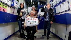 Las dueñas de la administración número 3 de Torrent (Valencia) donde ha sido vendido íntegramente el primer premio del sorteo de El Niño, dotado con 2.000.000 de euros a la serie, lo celebran con el número en la mano. Foto: EFE