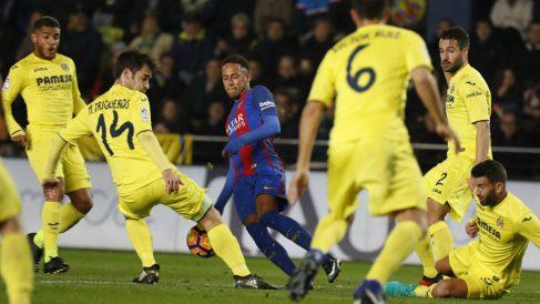 Neymar, rodeado de jugadores del Villarreal
