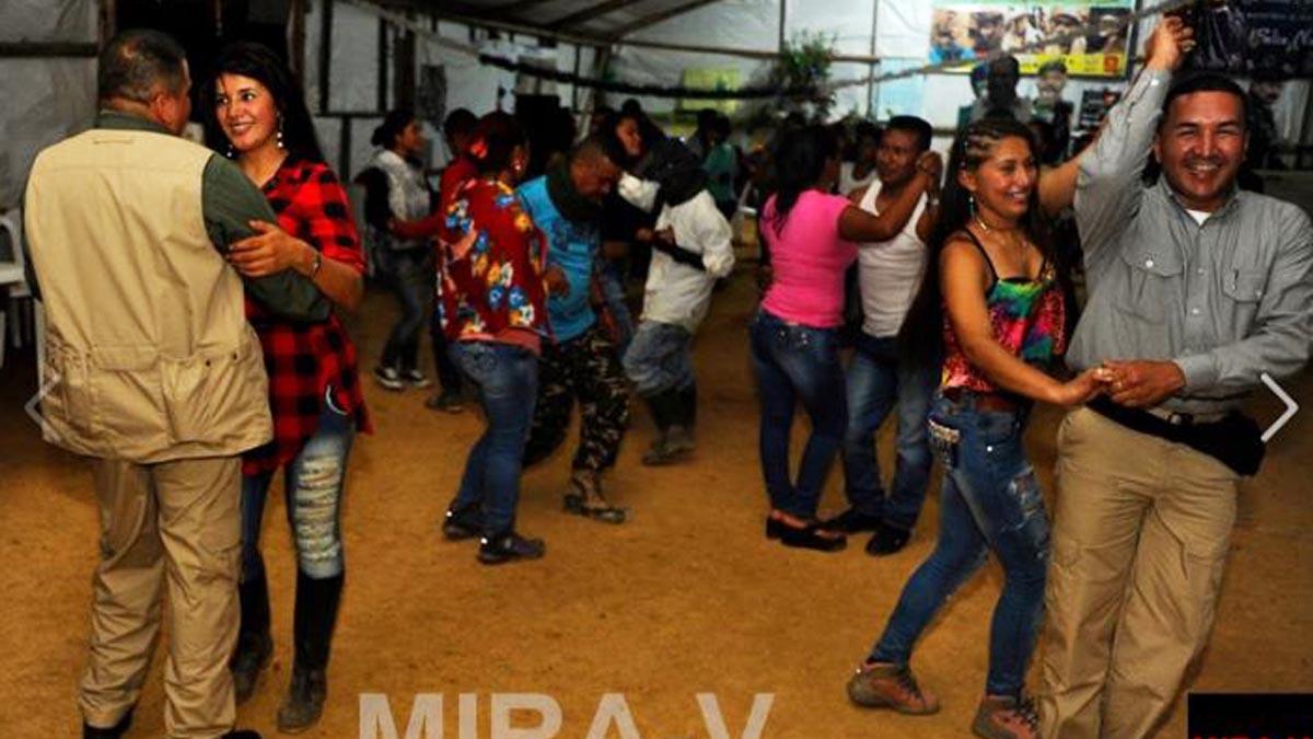 Obresvadores internacionales de la ONU bailan en una fiesta de las FARC (Foto: MiraV)