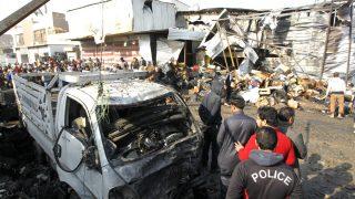 Policías en un mercado de Bagdad atacado recientemente (Foto: AFP).