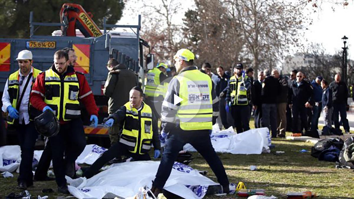 Policías y sanitarios en el lugar del atentado (Foto: AFP).