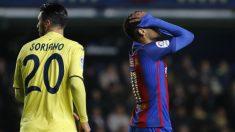 Los jugadores del Barcelona protestaron al árbitro. (AFP)