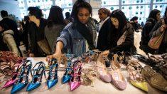 Gente comprando (foto:Getty)