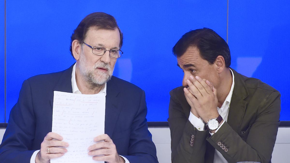 Mariano Rajoy y Fernando Martínez-Maíllo. (Foto: EFE)